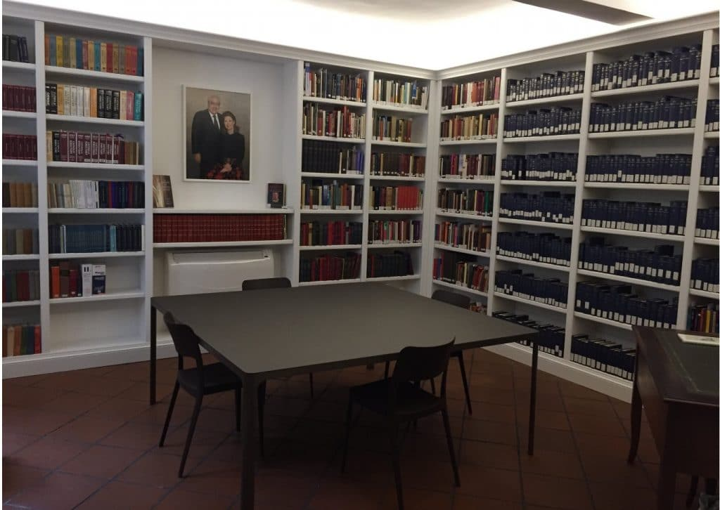The Schwarzenbach Reading Room serves as a dedicated space for research for up to four scholars, admitted by appointment.